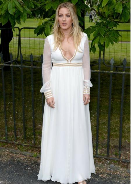 Ellie Goulding w białej sukni ze złotymi elementami prezentowała się zjawiskowo!
