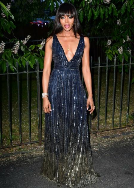 Naomi Campbell pojawiła się w długiej połyskującej sukience, eksponującej dekolt!