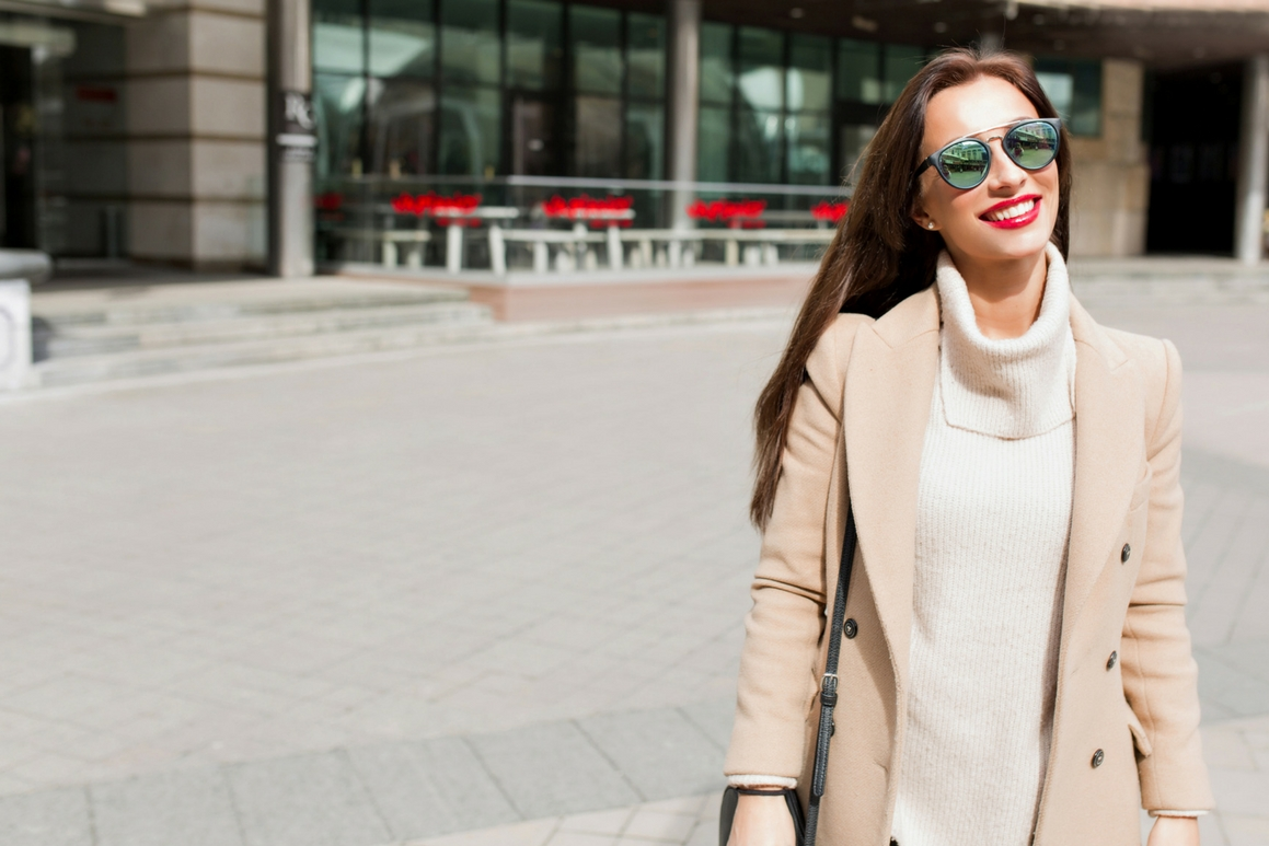 Beżowy płaszcz który powinna mieć kobieta przed 30