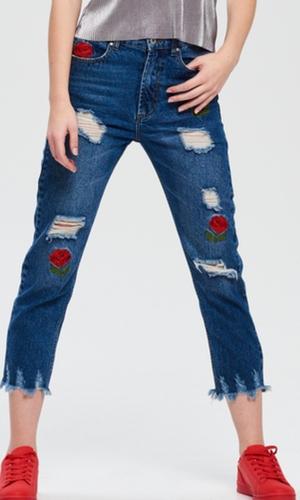Przedarte jeansy i postrzępione nogawki