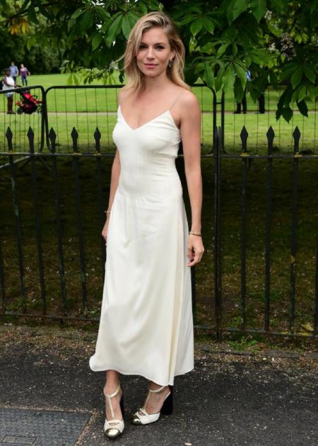 Sienna Miller pojawiła się w prostej, minimalistycznej sukience maxi!