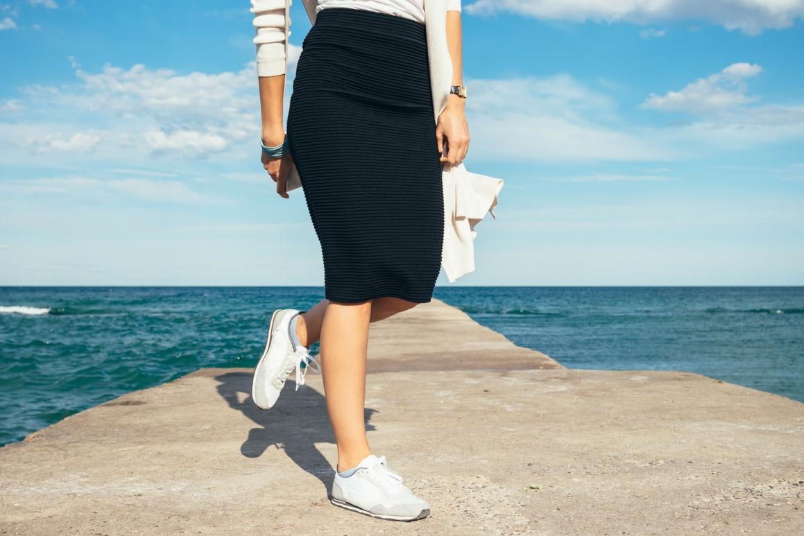 Jak nosić sneakersy ze spódnicą ołówkową?