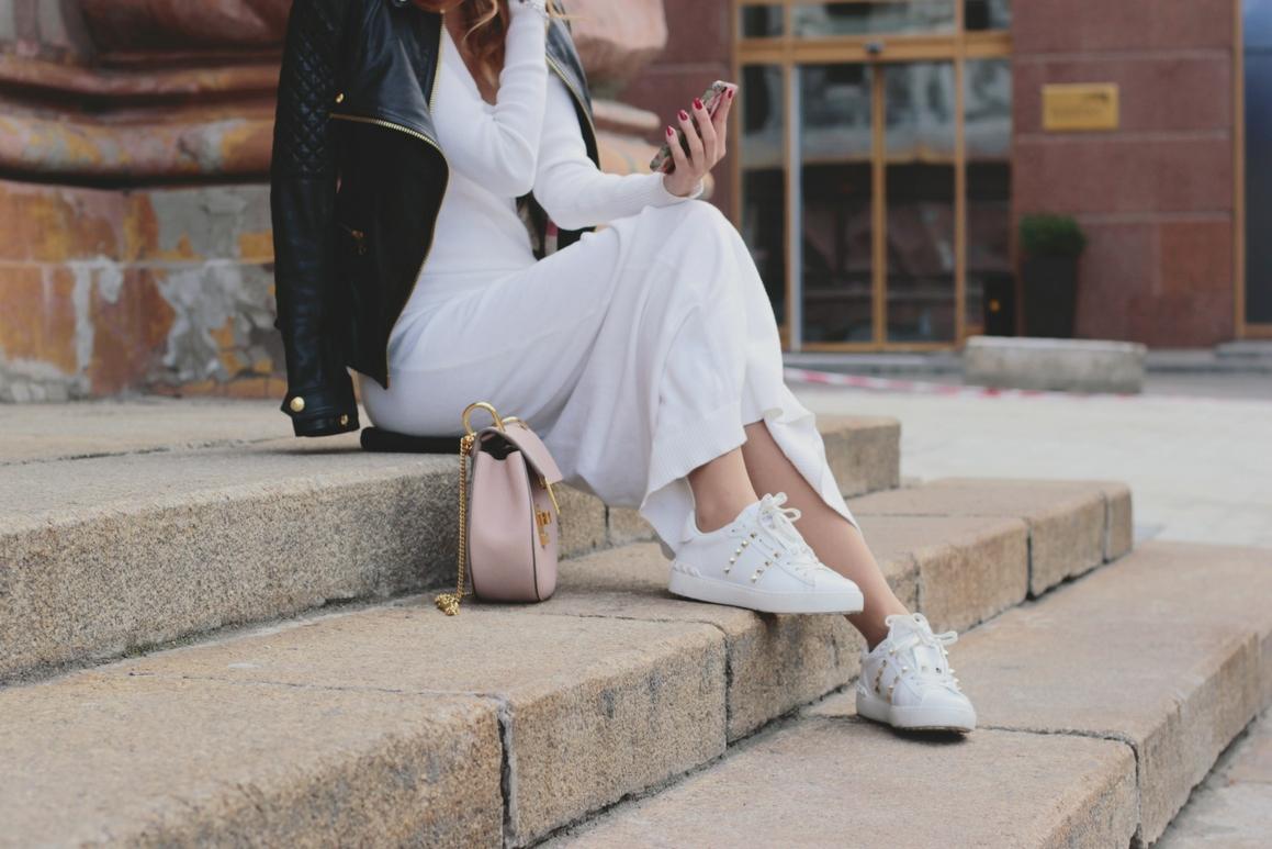 Jak nosić sneakersy do długiej sukienki?