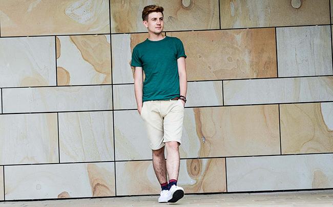 Beżowe szorty z zielonym T-shirtem