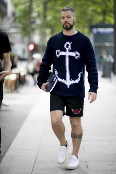 Czarne szorty w zestawieniu z bluzą z nadrukiem