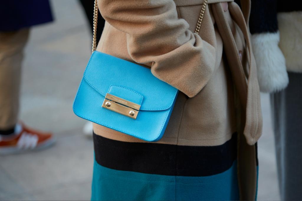 Niebieska torebka na lato jak nosic
