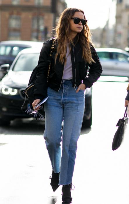 Kurtkę bomber możesz łączyć także ze spodniami typu mom jeans.
