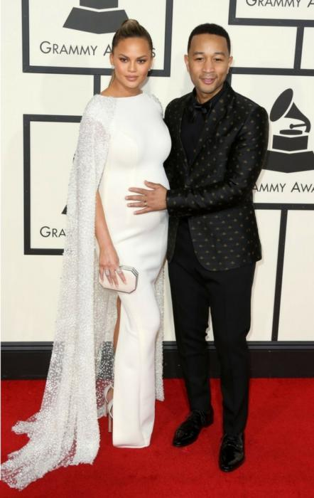 Chrissy Teigen w ciąży na czerwonym dywanie