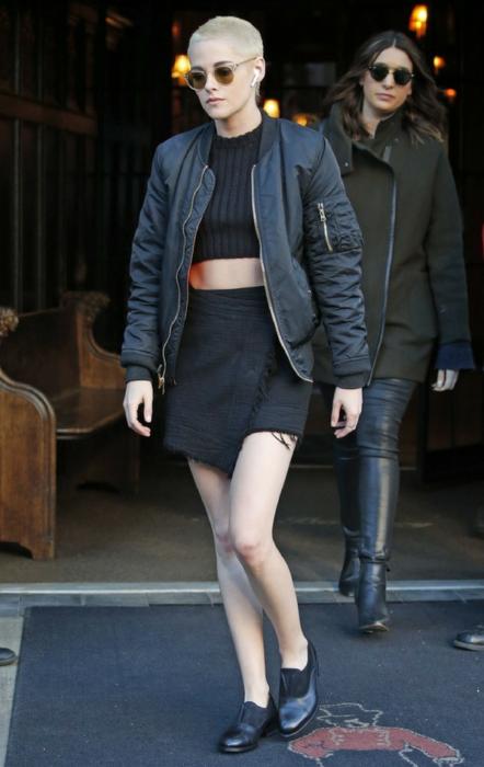 Weź przykład z Kristen Stewart i kurtkę bomber połącz z crop topem oraz spódnicą.