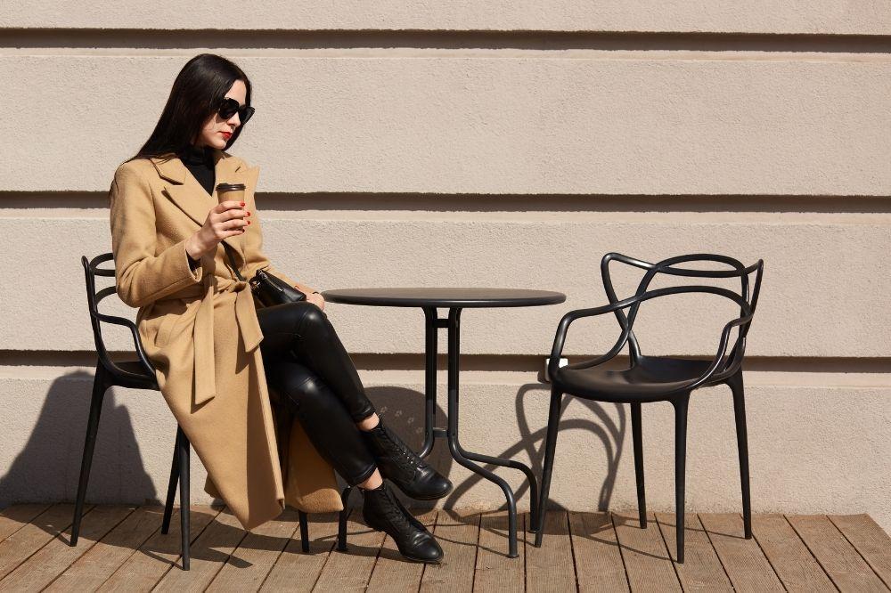 Dla kogo długi płaszcz będzie idealny i jakie buty do niego dobrać? Sprawdź!
