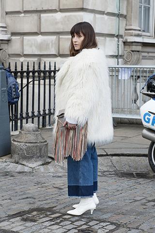białe futro, płaszcz damski, stylizacja na zimę, stylizacja na jesień, warstwowy ubiór, ubiór na cebulkę