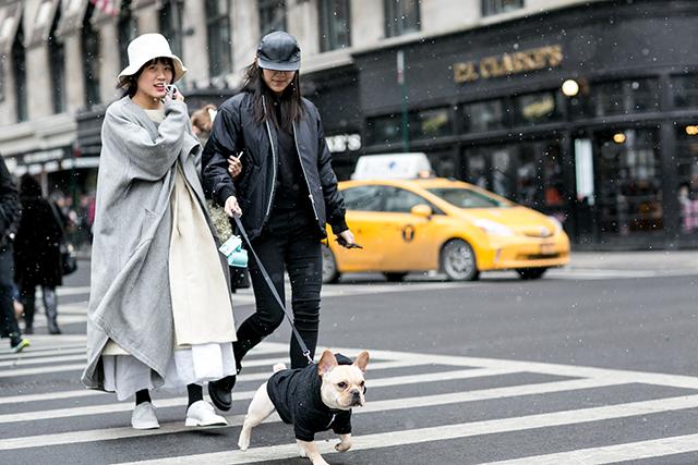 szary płaszcz, sportowy styl, płaszcz damski, stylizacje na jesień, stylizacje na zimę, trendy jesienne, trendy zimowe, ubiór na cebulkę, ubiór warstwowy