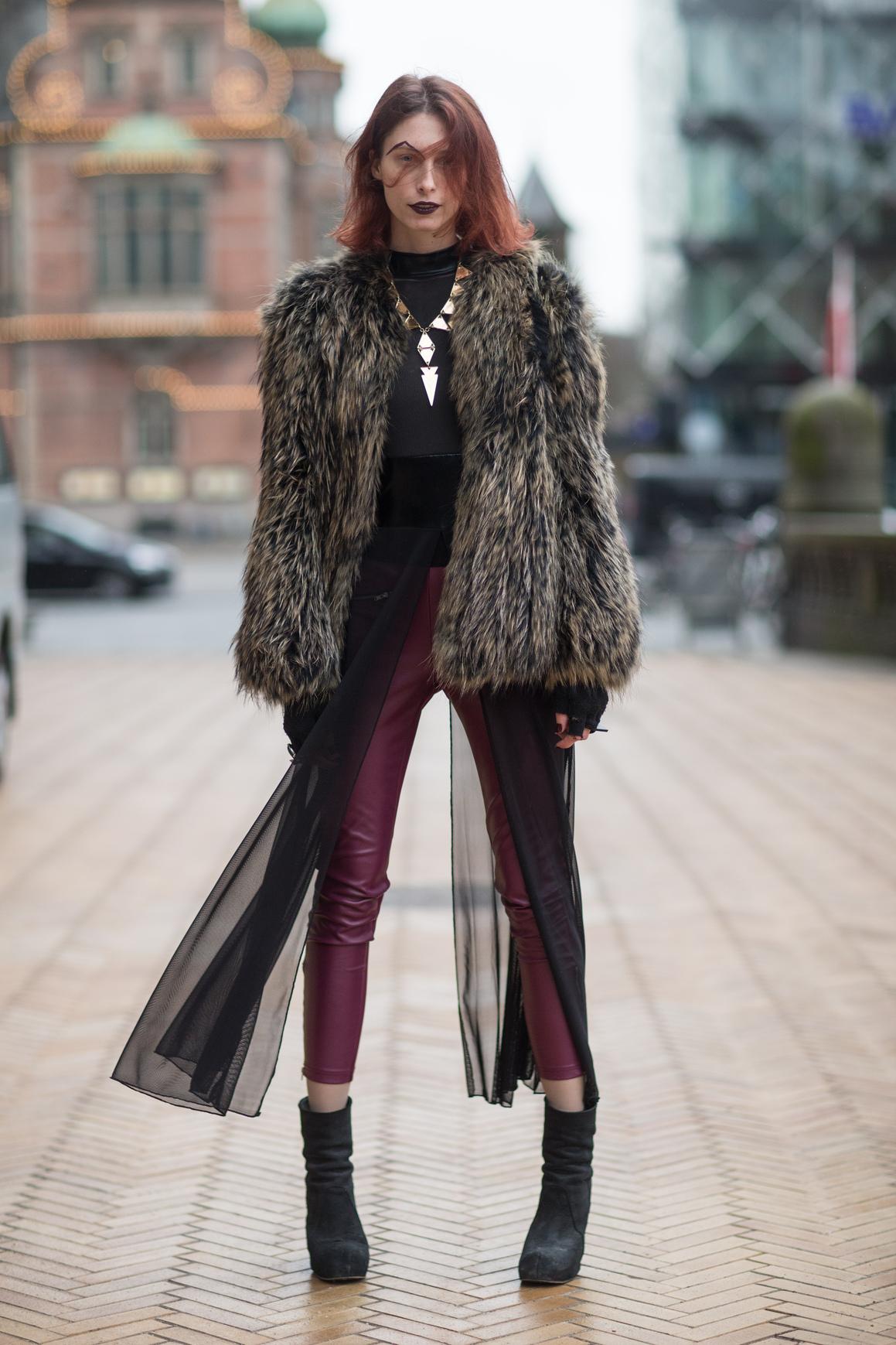Skórzane spodnie pasują do warstwowych stylizacji