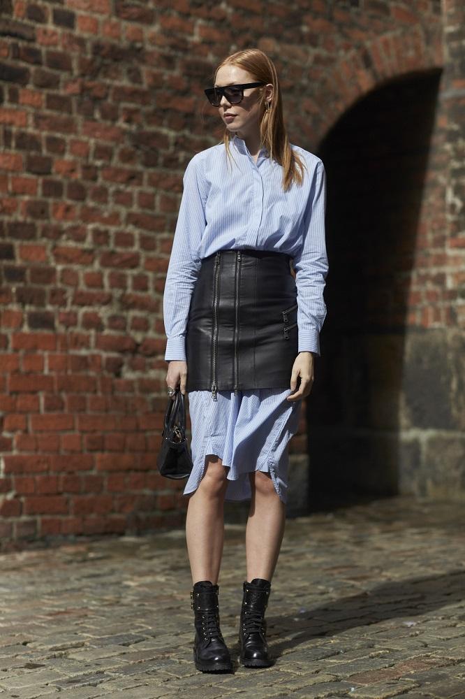 Skórzana spódnica mini idealnie komponuje się z koszulą