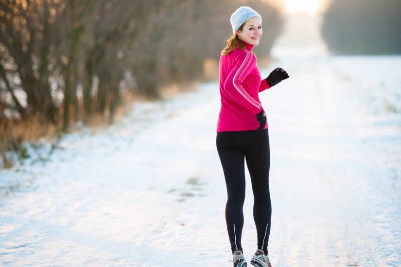 sportowa bluza do biegania, legginsy, sportowe buty i czapka idealna na zimę