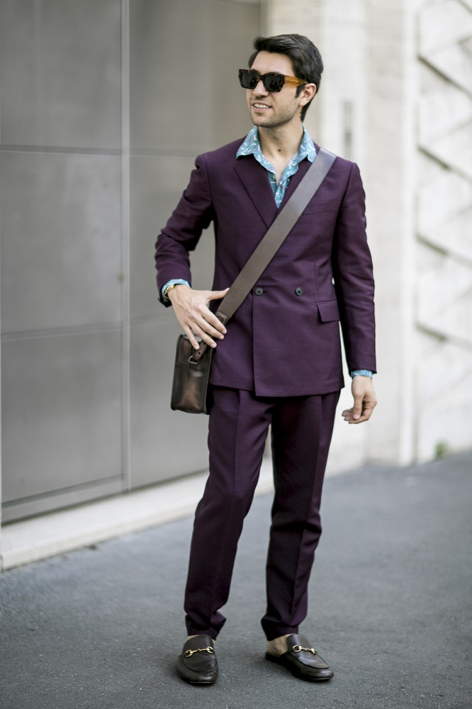 Duża listonoszka pasuje do eleganckiego garnituru