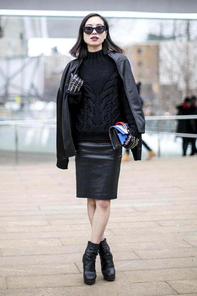 Czarna skórzana spódnica pasuje do botków za kostkę