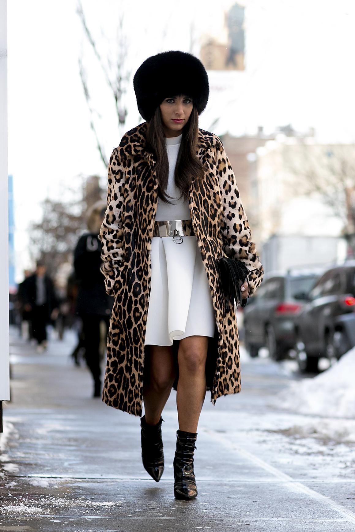 Sukienka sprawdzi się w plenerze, jeśli dobierzesz do niej ciepłe dodatki