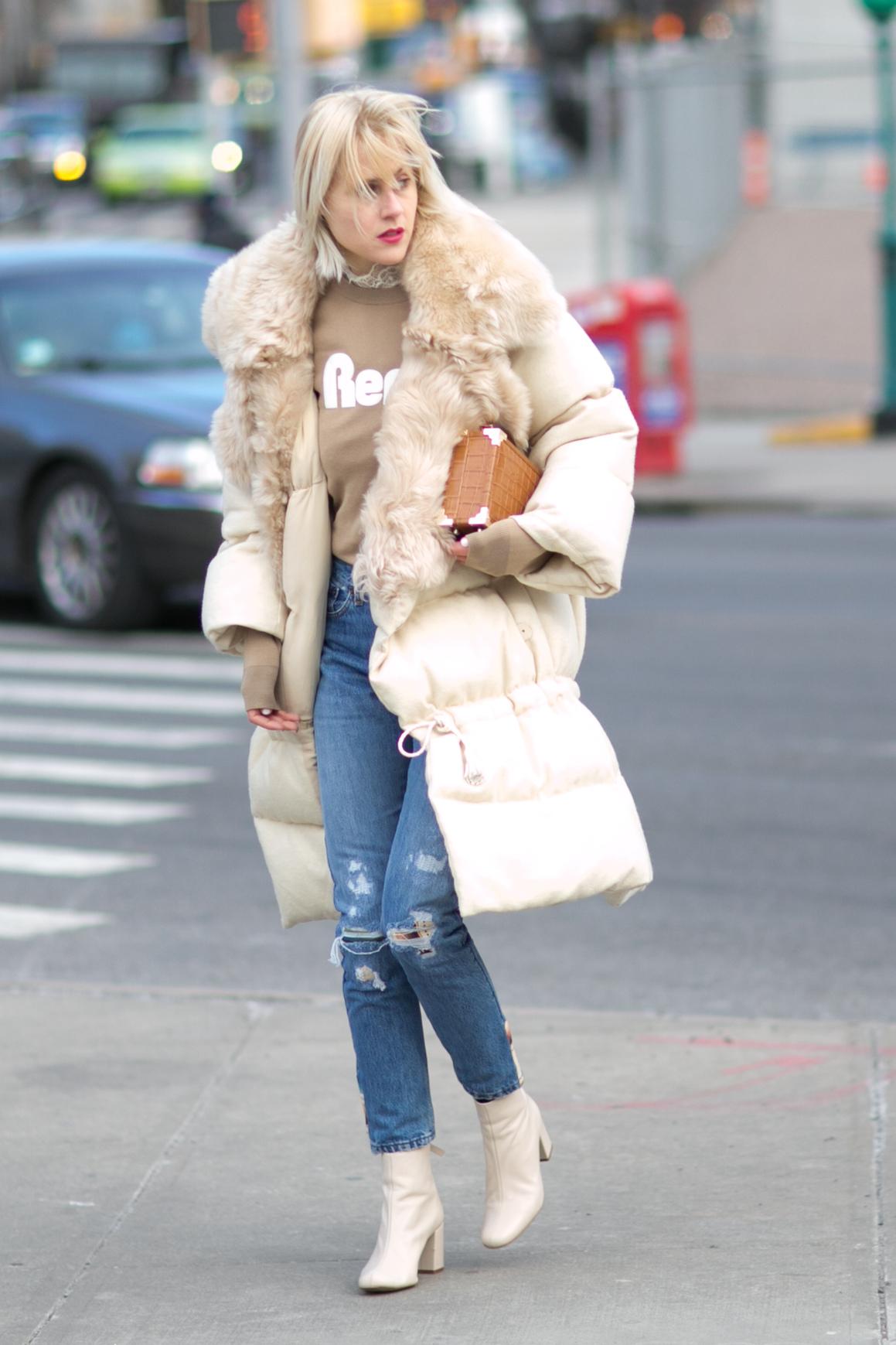 Pikowana kurtka świetnie pasuje do obcisłych jeansów