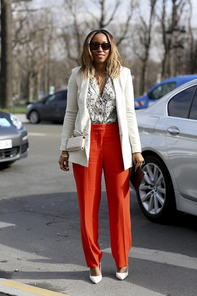 Jasna marynarka idealnie pasuje do kolorowych spodni