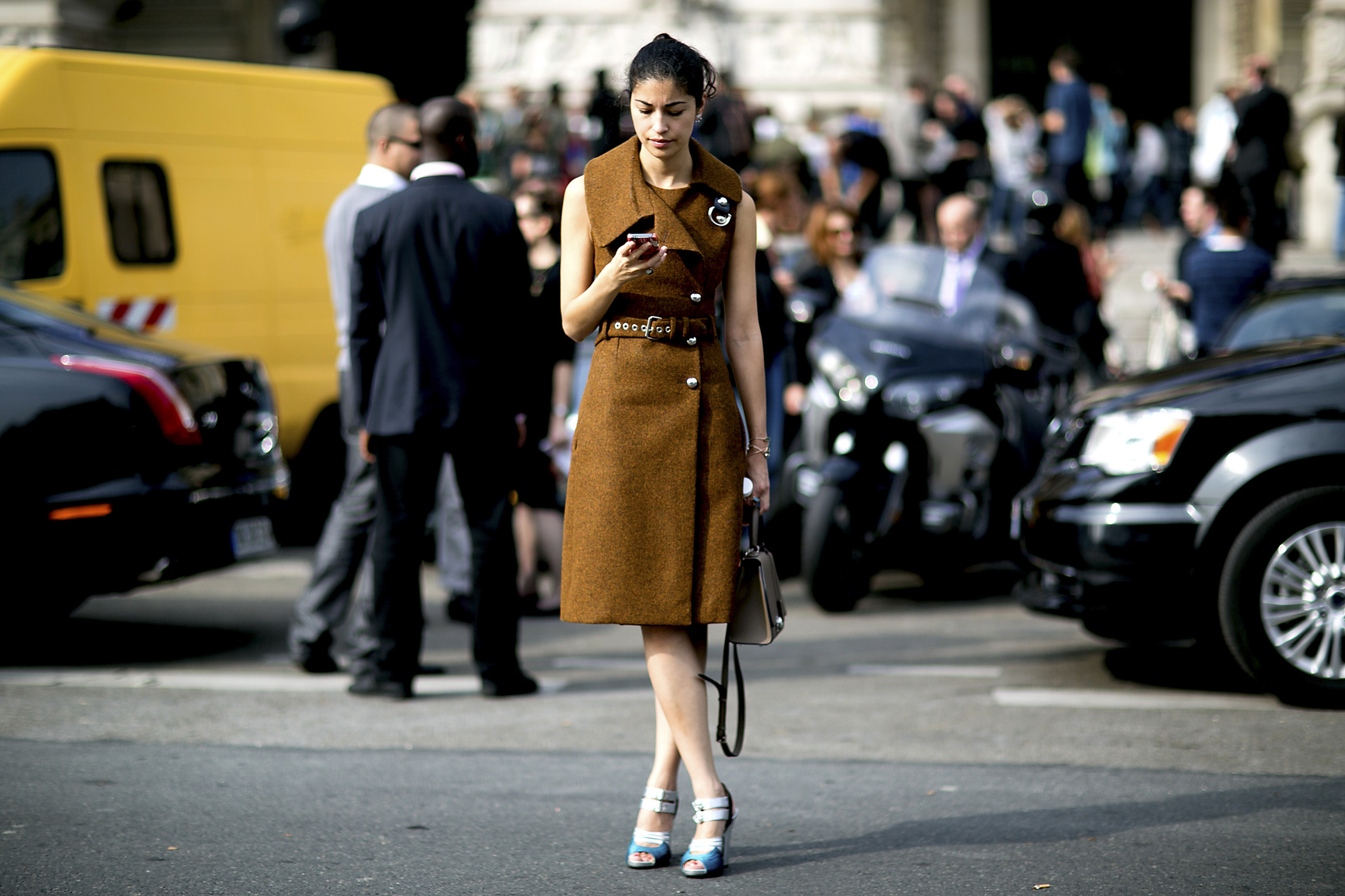 Musztardowa sukienka wiązana w pasie