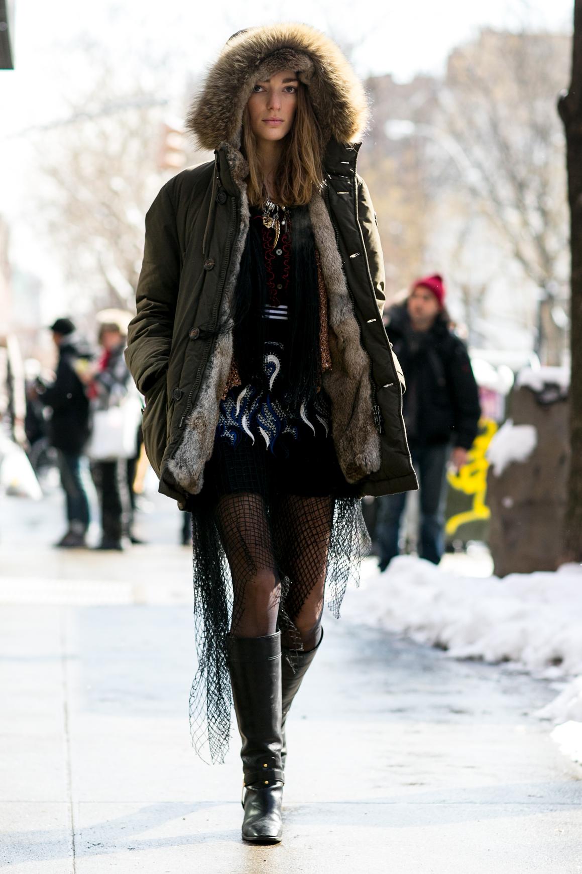 Puchową kurtkę możesz również zestawić ze spódnicą i kozakami