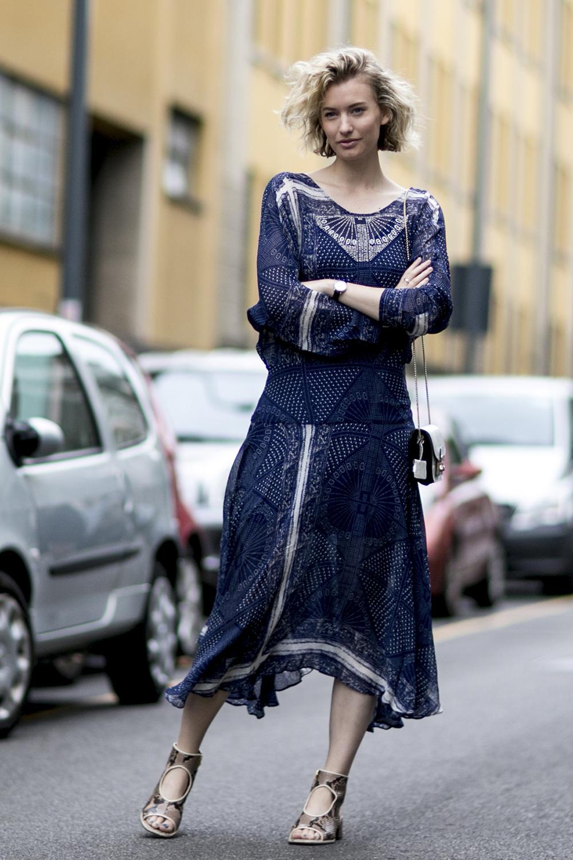 Granatowa sukienka w stylu hiszpańskim