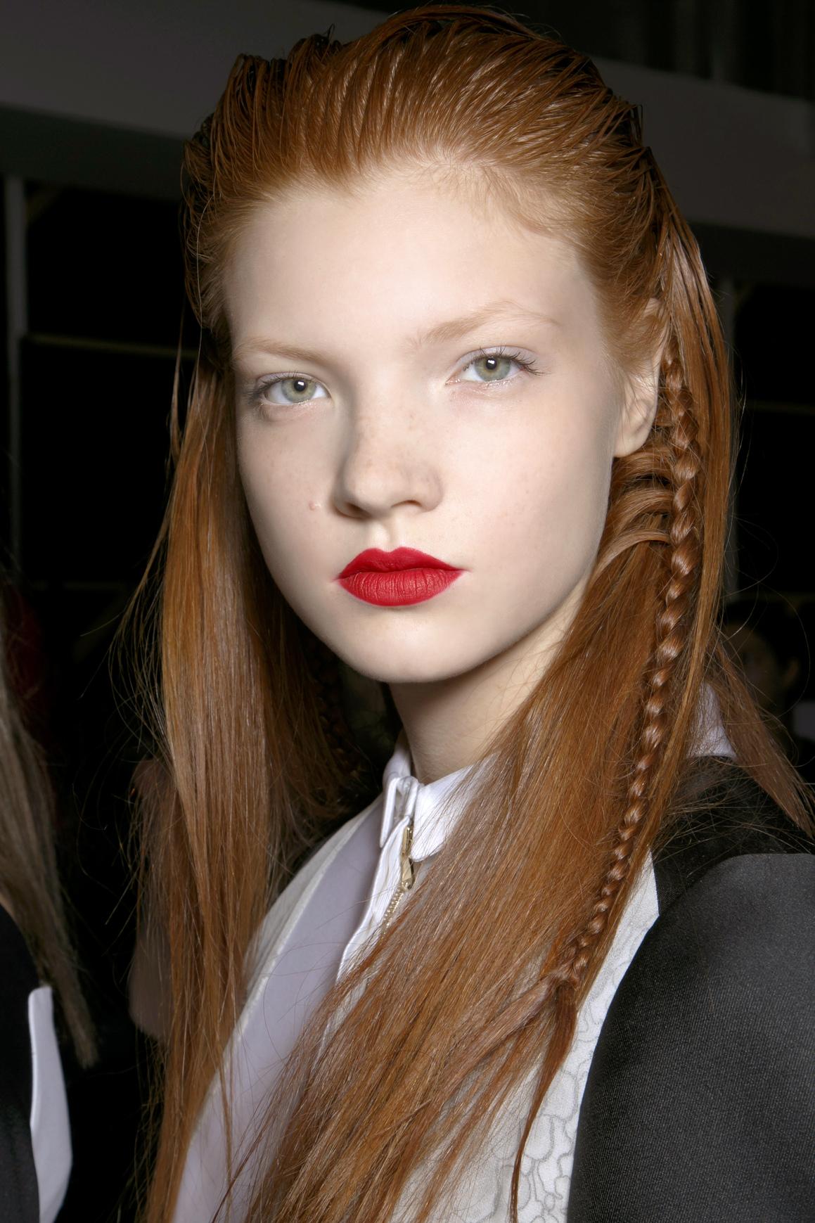Jaskrawoczerwona szminka komponuje się z rudymi włosami