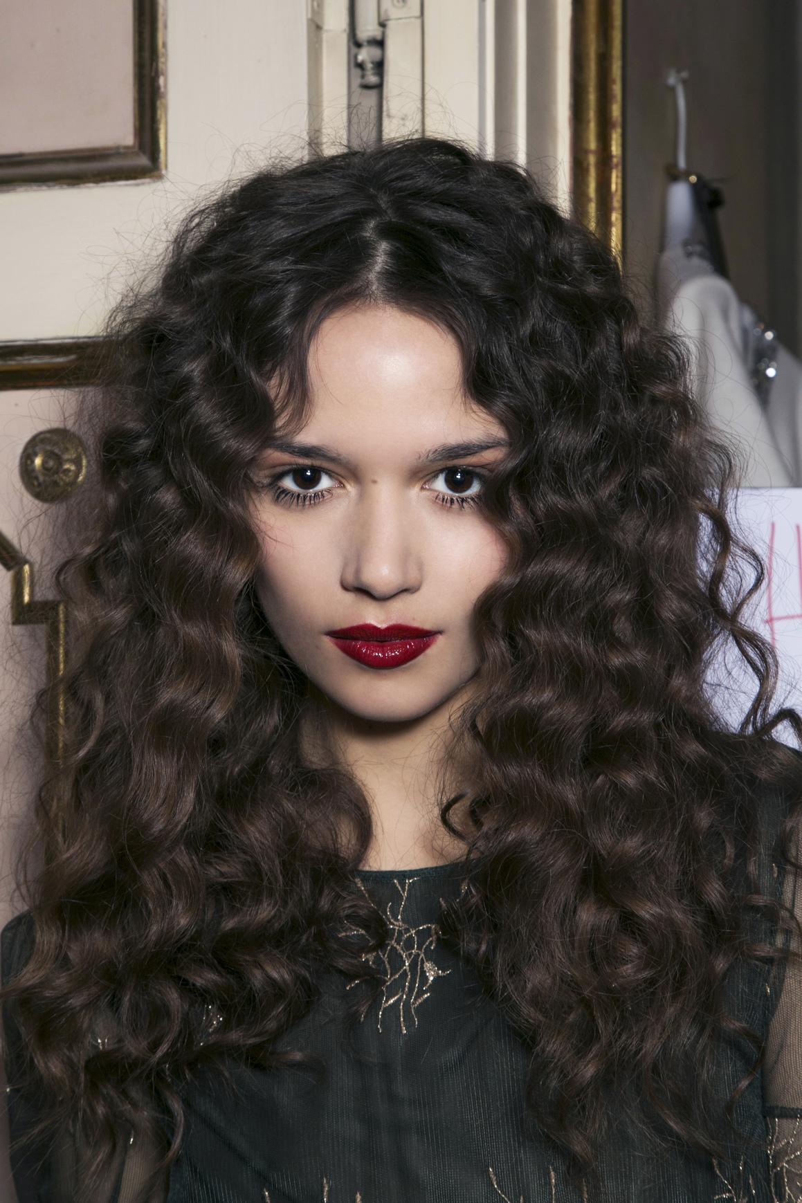 Ciemne włosy świetnie wyglądają z ciemnoczerwoną szminką