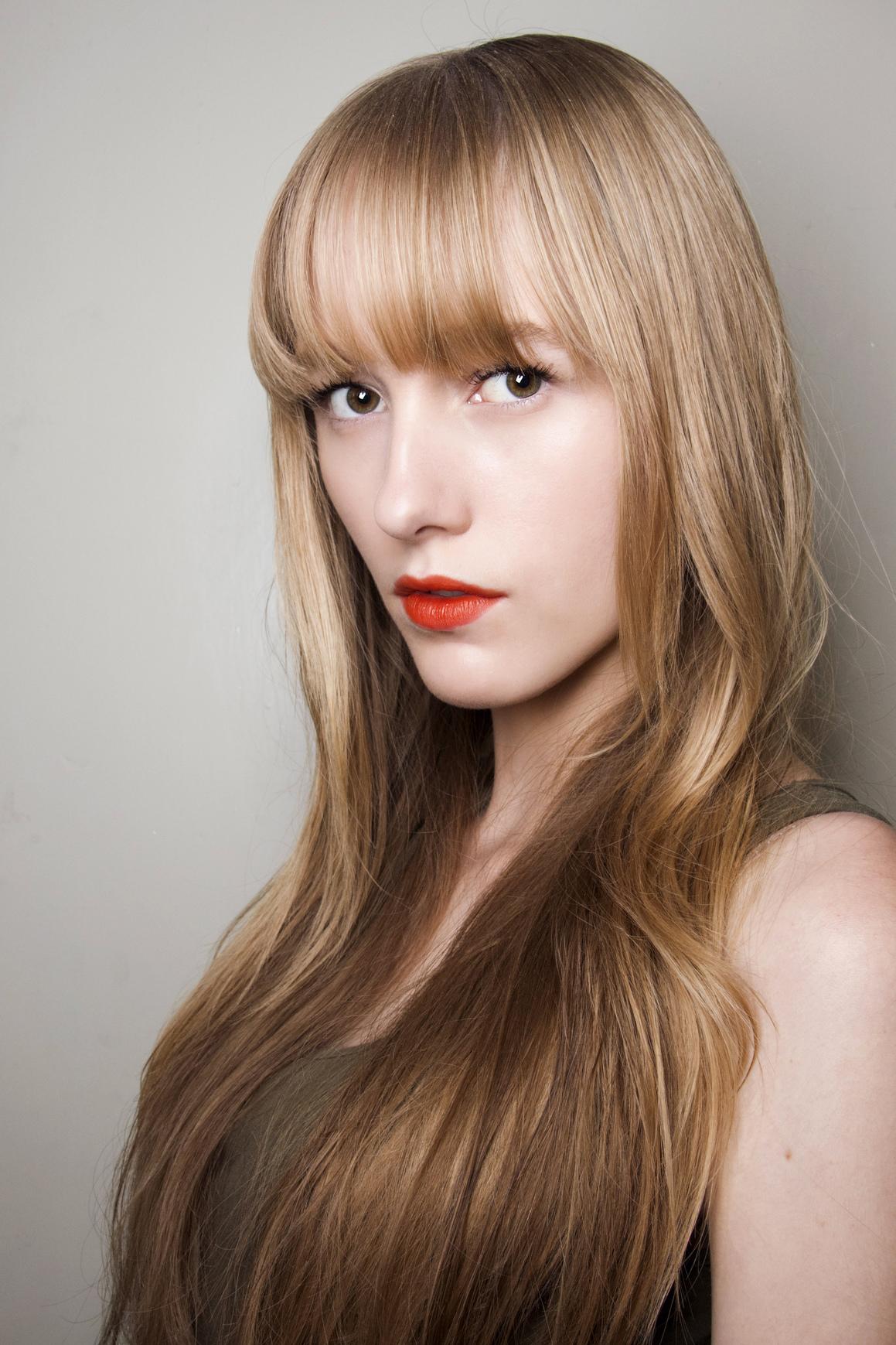 Blondynki mogą też sięgnąć po szminkę wpadającą w oranż