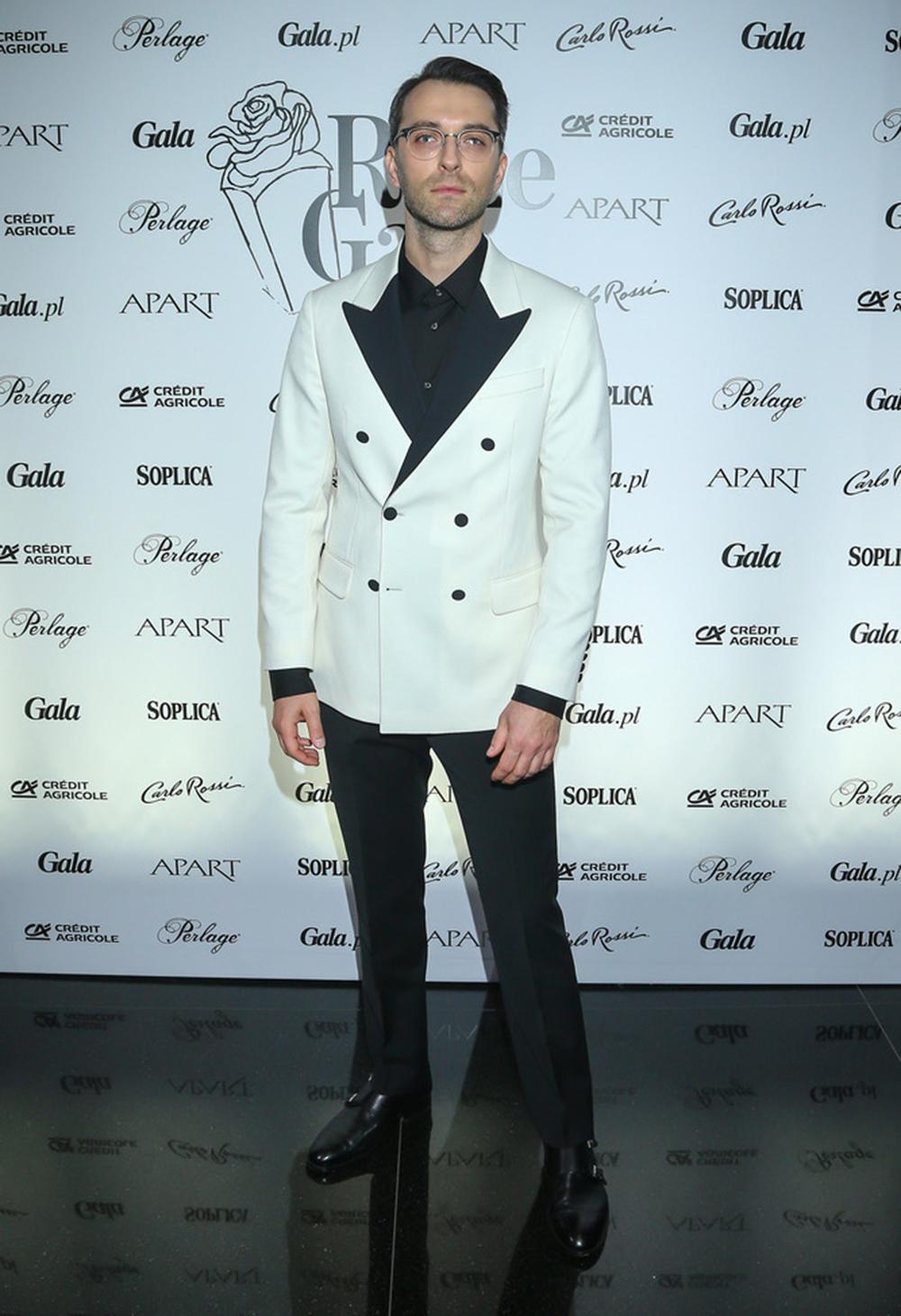 Filip Bobek  w białej marynarce