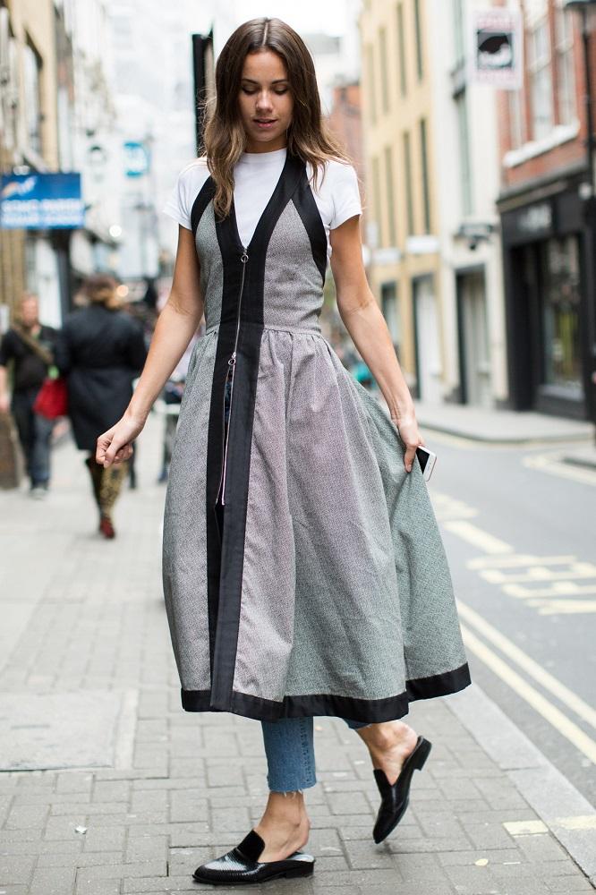 Długa sukienka idealnie pasuje do warstwowych stylizacji