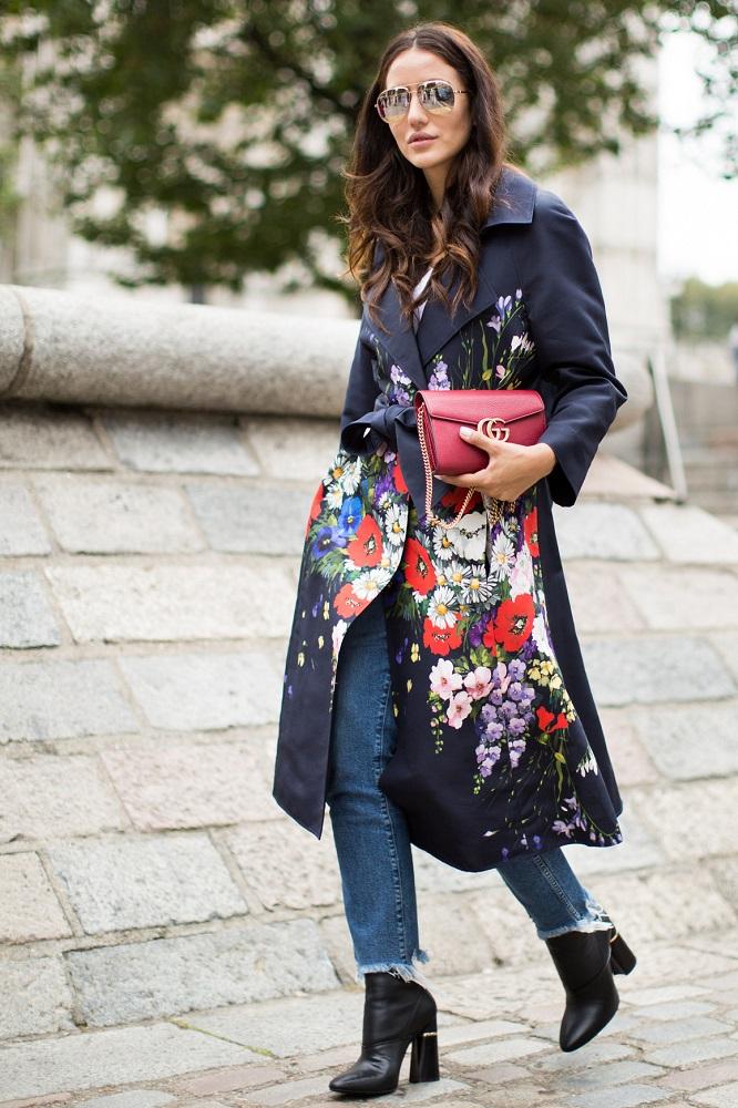 Płaszcz w kwiaty pasuje do jeansów