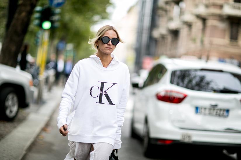 Biała bluza oversize jest świetna na co dzień