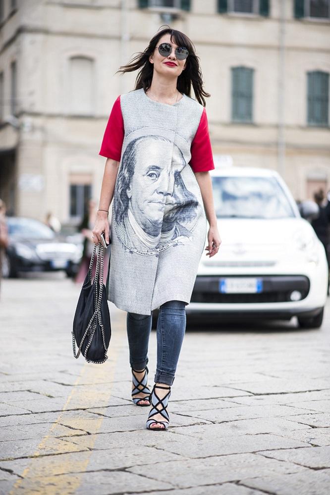 Wzorzysta sukienka pasuje do wąskich jeansów