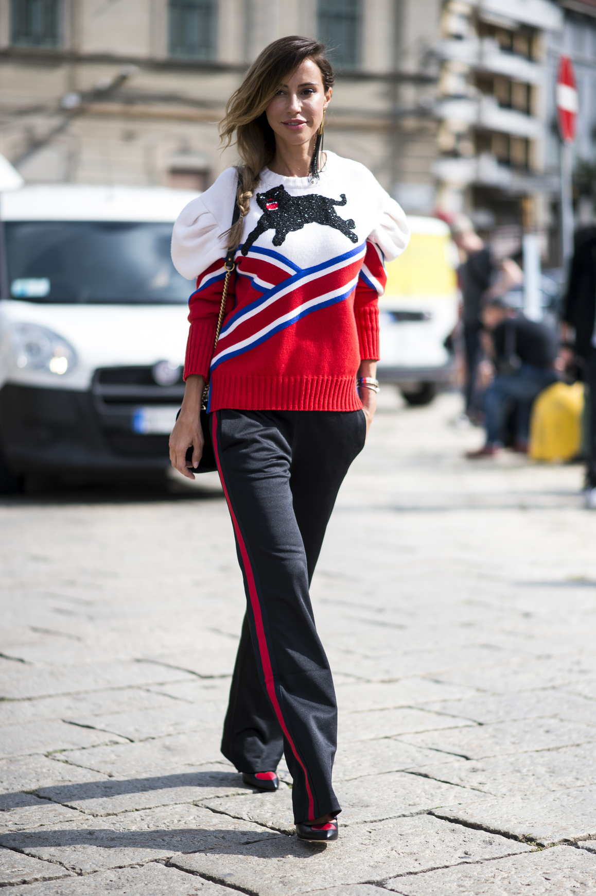 Sweter z kotem idealnie pasuje do spodni