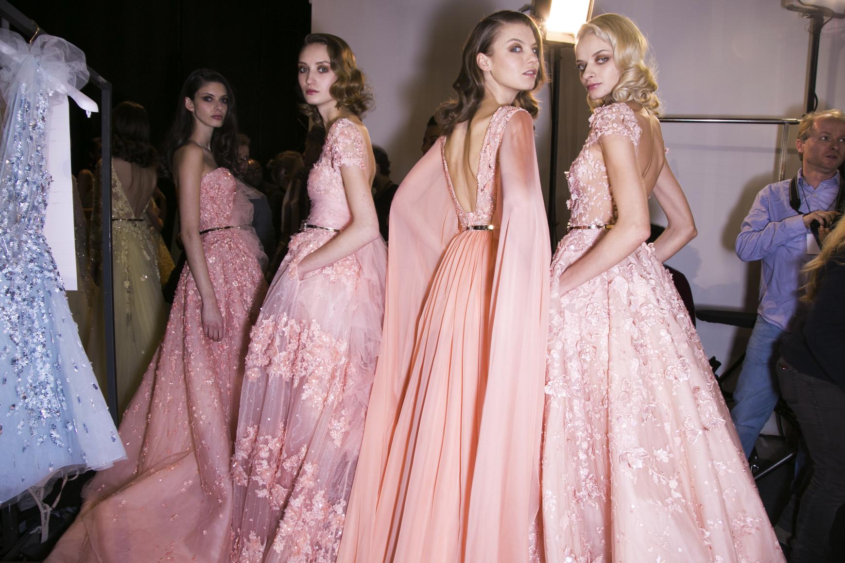 Długie suknie uchodzą za eleganckie i kobiece
