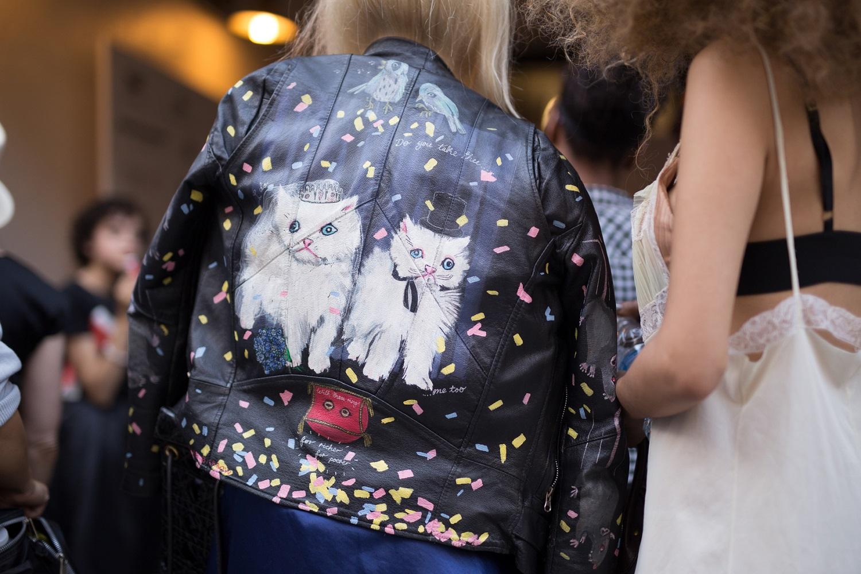 Skórzana kurtka z nadrukiem kotów na plecach