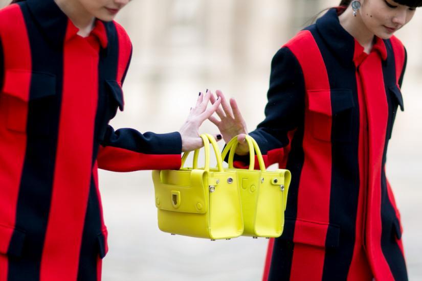 żółta torebka, płaszcz w czerwono-czarne pasy