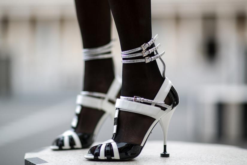 Rajstopy do odkrytych butów najlepiej wyglądać będą w kolorze czarnym