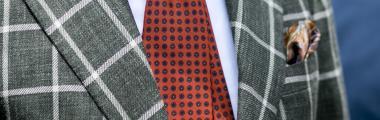 czerwony krawat i marynarka w kratę