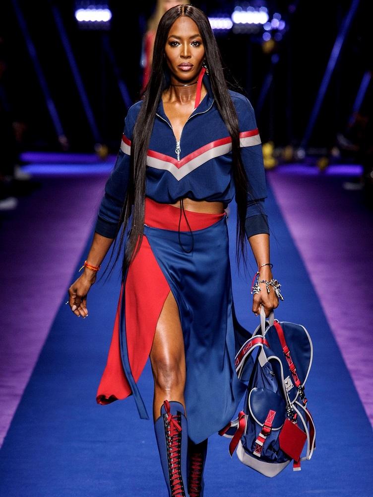 Naomi na wybiegu Versace SS2017
