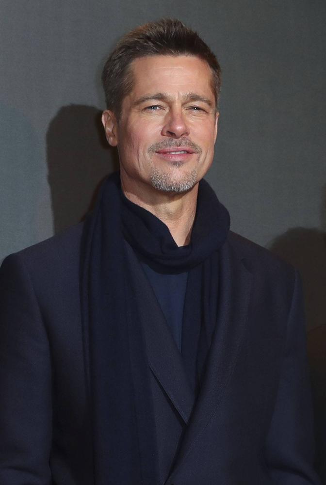 Brad Pitt w dobrze dobranym płaszczu i szaliku