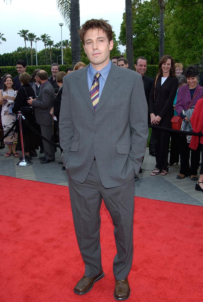 Ben Affleck w źle dopasowanym garniturze