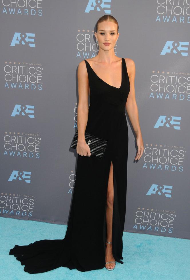 Rosie Huntington-Whiteley w czarnej suknii