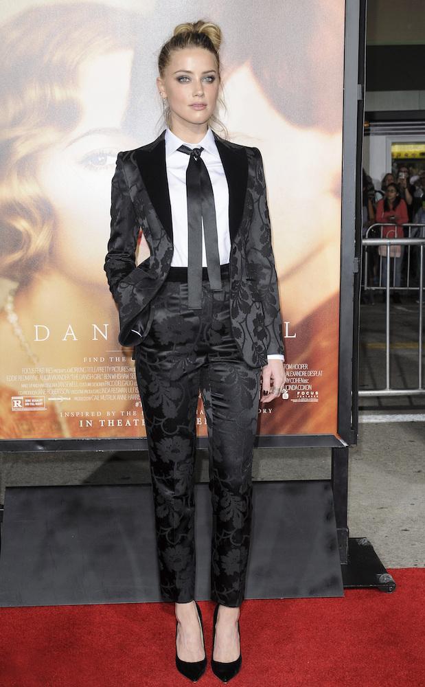 Amber Heard w czarnym garniturze