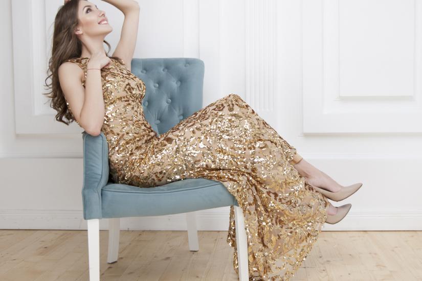 złota cekinowa sukienka maxi na studniówkę