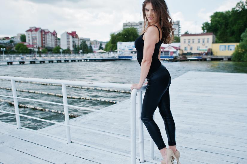 czarne kryjące legginsy