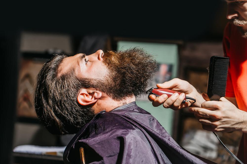 Pierwsze strzyżenie brody warto powierzyć barberowi