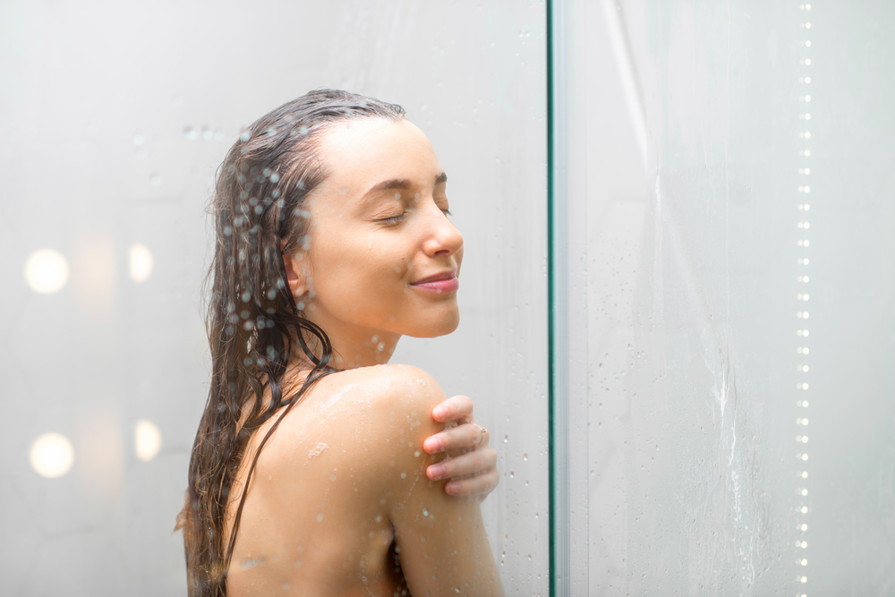 Prysznic z ciepłą i zimną woda naprzemiennie pobudzają krążenie